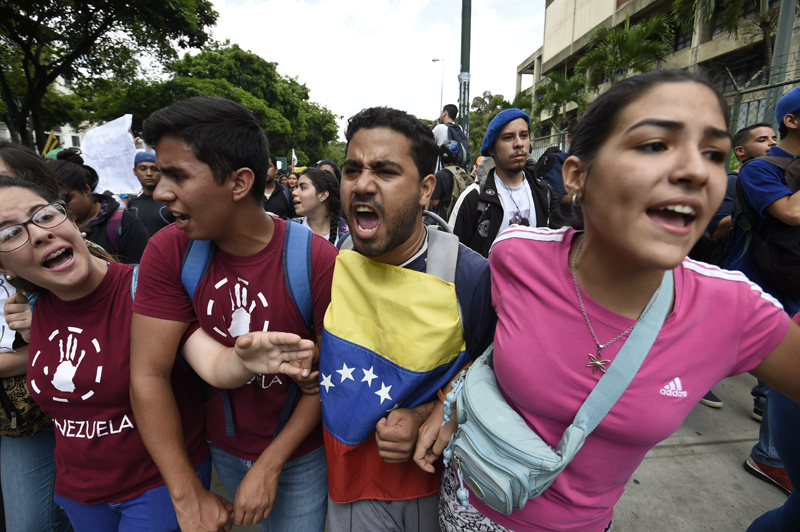 Public university students in Venezuela protest the policies of the government of President Nicolas Maduro in Caracas on May 26, 2016. / AFP PHOTO / JUAN BARRETO