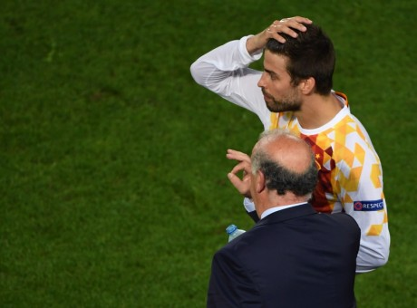 Spain's coach Vicente Del Bosque (bottom) instructs Spain's defender Gerard Pique during the Euro 2016 group D football match between Croatia and Spain at the Matmut Atlantique stadium in Bordeaux on June 21, 2016. / AFP PHOTO / MEHDI FEDOUACH