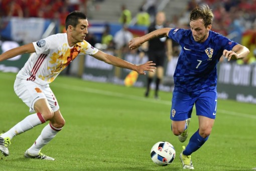 Croatia's midfielder Ivan Rakitic (R) dribbles past Spain's midfielder Bruno during the Euro 2016 group D football match between Croatia and Spain at the Matmut Atlantique stadium in Bordeaux on June 21, 2016. / AFP PHOTO / GEORGES GOBET