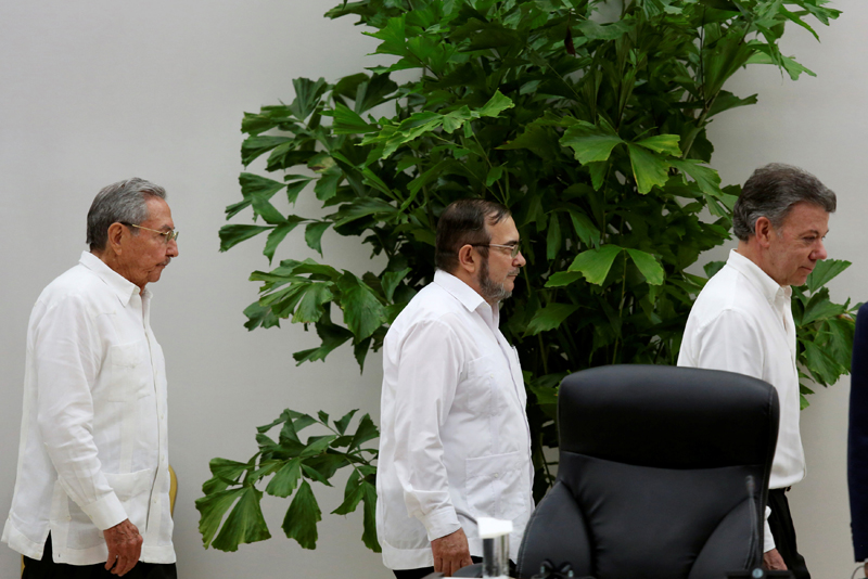 Cuba's President Raul Castro (L), Colombia's President Juan Manuel Santos (R) and FARC rebel leader Rodrigo Londono, better known by the nom de guerre Timochenko, arrive for the ceremony to sign a historic ceasefire deal in Havana, Cuba, June 23, 2016. REUTERS/Alexandre Meneghini