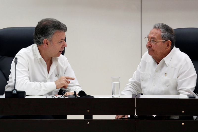 Cuba's President Raul Castro (R) chats with Colombia's President Juan Manuel Santos during the beginning of the ceremony to sign a historic ceasefire deal between the Colombian government and FARC rebels in Havana, Cuba, June 23, 2016. REUTERS/Alexandre Meneghini